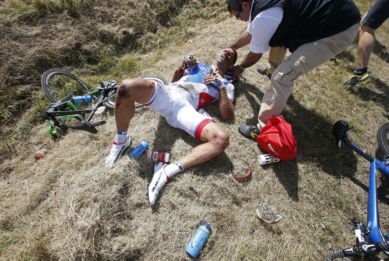 Le Français William Bonnet victime d'une violente chute lors de la 3e étape du Tour de France cycliste 2015.