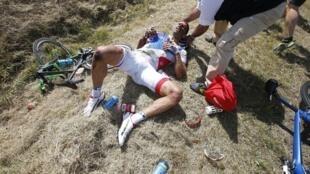 El francés William Bonnet victima de una violenta caida en el transcurso de la tercera etapa del Tour de Francia.