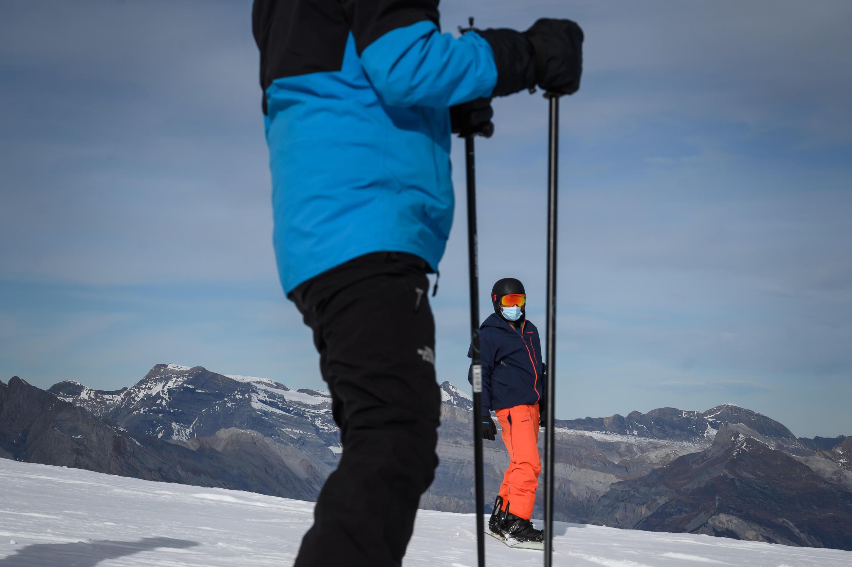 Un esquiador y un snowboarder, el 15 de noviembre de 2020 en la estación de Verbier, en los Alpes suizos