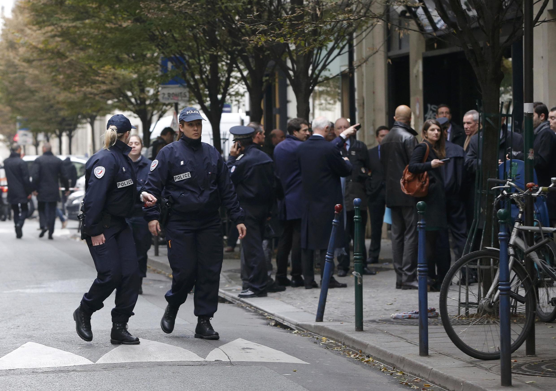 Policiais isolaram a sede do jornal Libération, em Paris, após disparos contra um jovem na sede do jornal.