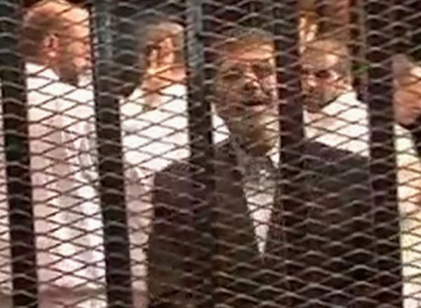 O ex-presidente do Egito Mohamed Mursi no tribunal do Cairo, em 4 de novembro de 2013.