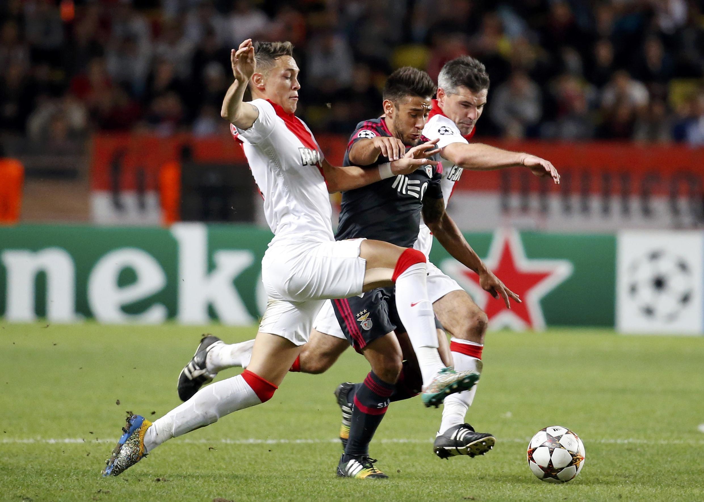 Atacante do Benfica Eduardo Silva (c) tenta passar por defensores do Mônaco no jogo de ida, em 22 de outubro