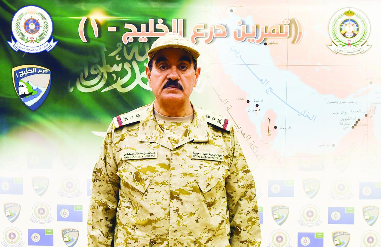 """ژنرال عبدالله بن سلطان السلطان، فرمانده نیروی دریایی ارتش عربستان در حال اعلام خبر مانور """"سپر خلیج ۱"""""""