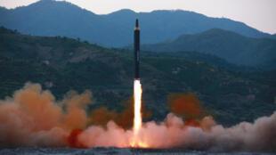 (Ảnh minh họa). Một vụ thử nghiệm tên lửa Hwasong-12 của Bắc Triều Tiên.