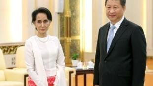 Chủ tịch Trung Quốc Tập Cận Bình và lãnh tụ dân chủ Miến Điện Aung San Suu Kyi chụp hình chung trong buổi gặp mặt tại Đại lễ đường Nhân Dân, Bắc Kinh, ngày 11/06/ 2015.
