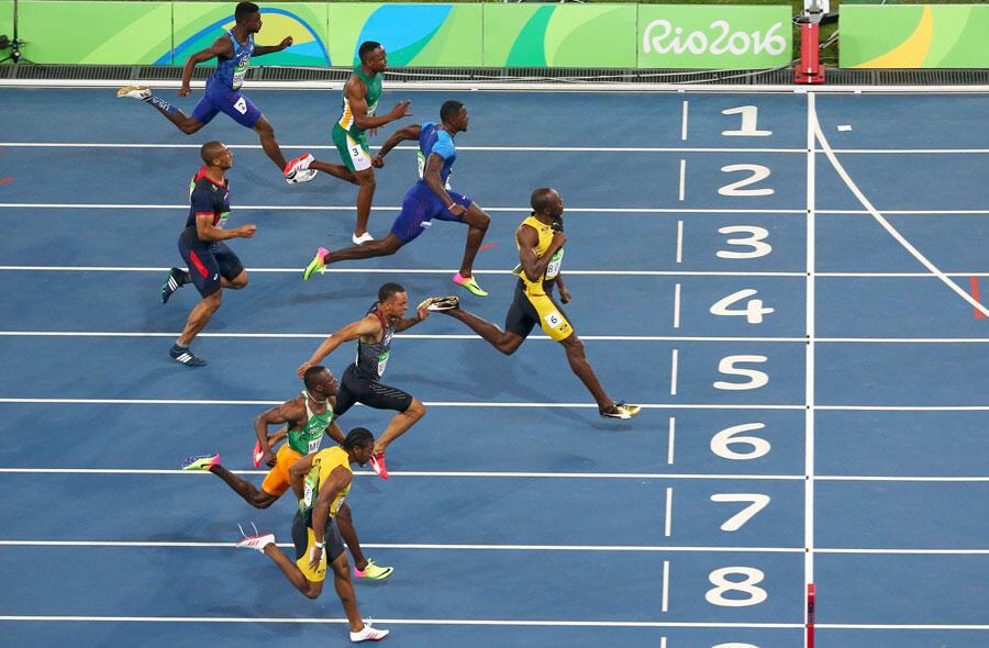 Le Jamaïcain Usain Bolt (couloir 6) remporte la médaille d'or du 100 m hommes aux JO 2016. Stade olympique de Rio de Janiero. Bresil, 14/08/2016