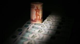 Эксперты, опрошенные Bloomberg, полагают, что рубль еще себя покажет.