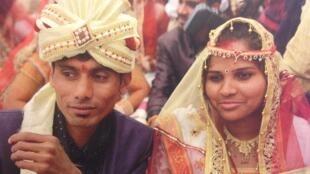 Casal posa para fotografia durante casamento na Índia.