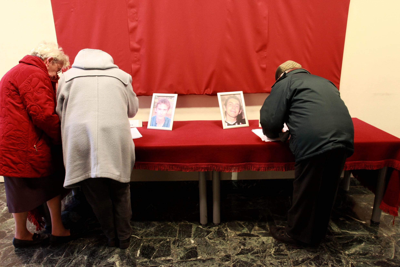 Assinatura no livro de condolências para os dois franceses assassinados no Níger.