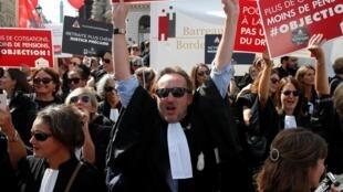 Des avocats et d'autres professions libérales manifestaient, le 16 septembre 2019, à Paris pour conserver leur régime de retraite autonome.