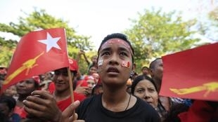 Supporters du LND à Rangoun, le 30 mars 2012.