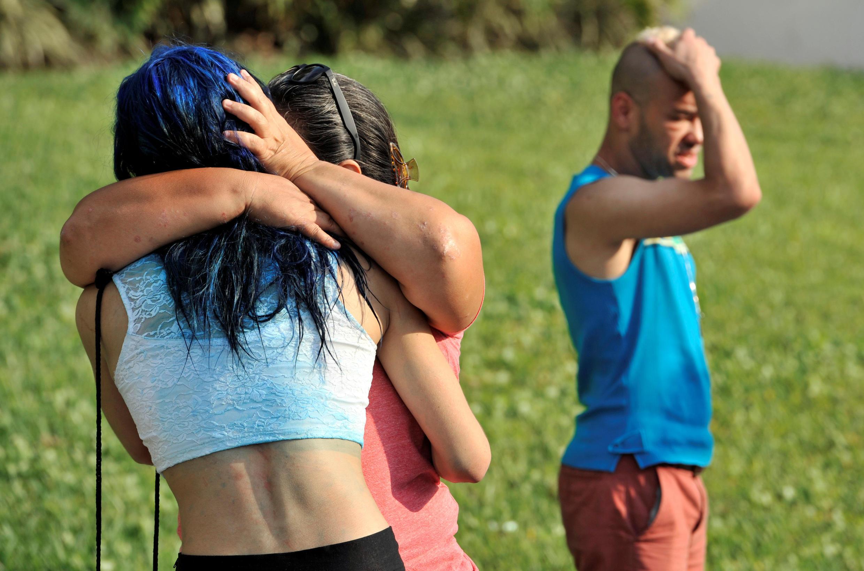 Pessoas se abraçam e choram após massacre na boate Pulse