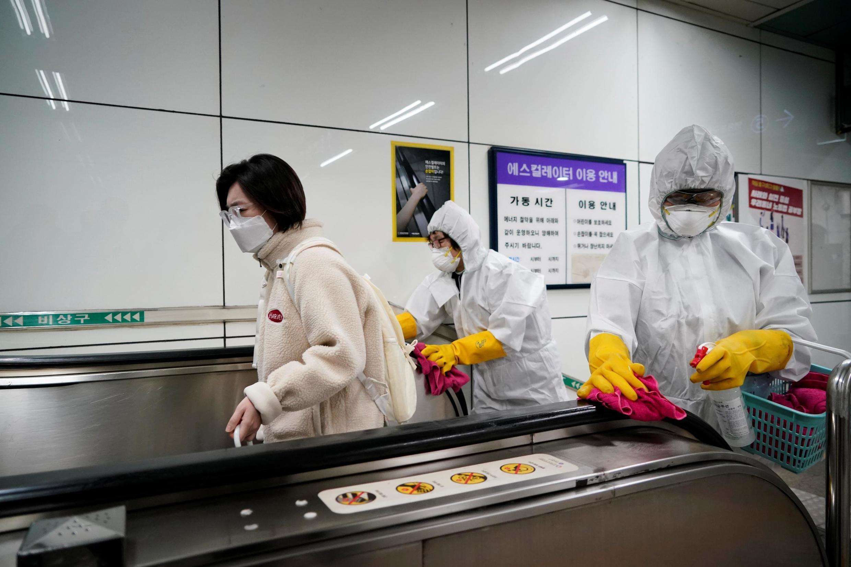 Các nhân viên y tế tiến hành tẩy trùng tại một trạm tàu điện ngầm ở Seoul, Hàn Quốc, ngày 28/02/2020