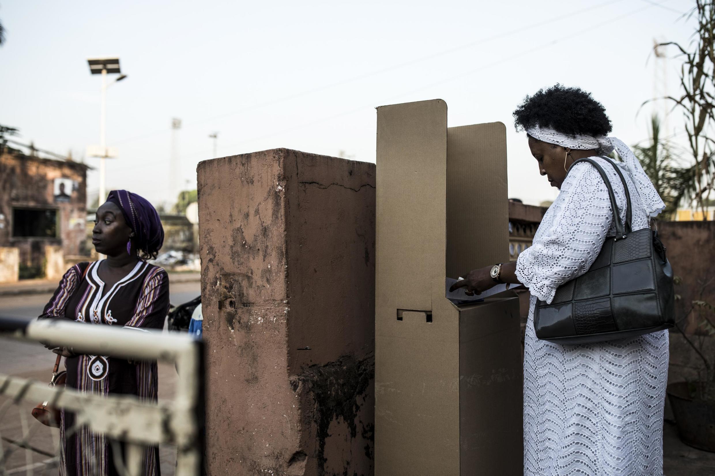Uma eleitora a votar em Bissau, 24 de Novembro de 2019.