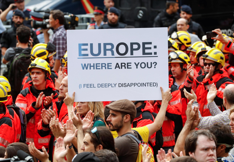 «Европа, где ты?» – плакат на акции протеста в Барселоне, 3 октября 2017.