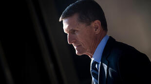 Michael Flynn sale de un tribunal federal el 1 de diciembre de 2017 en Washington