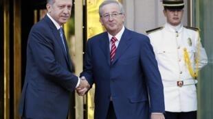 O premiê turco, Recep Erdogan, e o presidente do Eurogrupo, Jean-Claude Juncker.