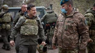 El presidente ucraniano Volodimir Zelenski en la línea del frente con los separatistas respaldados por Rusia en la región de Mariupol, Ucrania, el 9 de abril de 2021