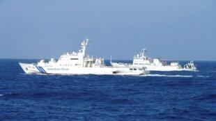 2013年2月4日,中国海监船51号与日本海防自卫队舰船在两国有主权争议岛屿钓鱼岛(日称尖阁列岛)附近相望。