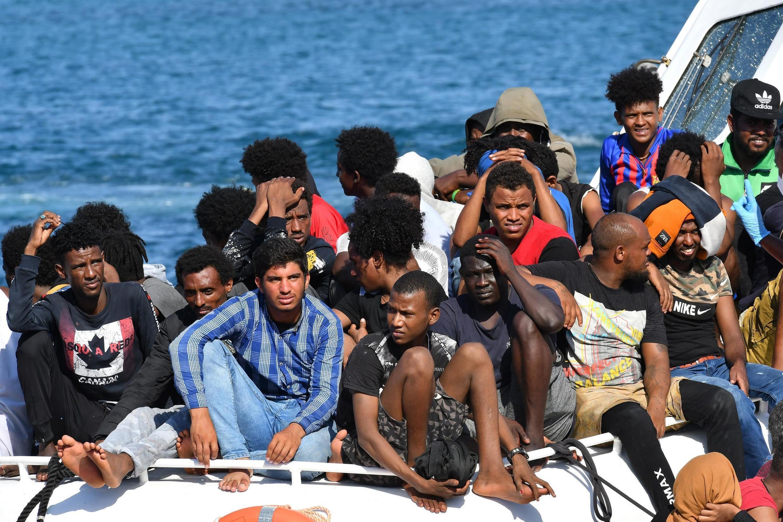 Des migrants de Tunisie et de Libye arrivent à bord d'un bateau des garde-côtes sur l'île italienne de Lampedusa, le 1er août 2020. (image d'illustration)