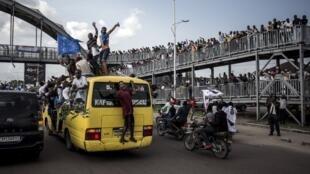 Des supporters de Martin Fayulu et de la coalition Lumaka se sont rassemblés par milliers sur la route de l'aéroport de Kinshasa pour le retour du candidat de l'opposition, le 21 novembre 2018.