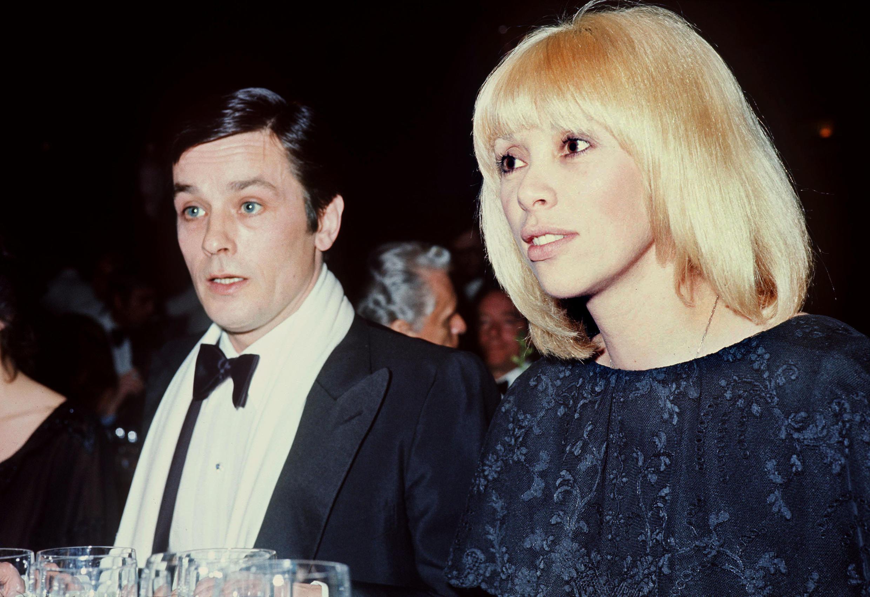 Les acteurs Alain Delon et Mireille Darc (à droite) participent à une soirée au casino Ruhl à Nice, en janvier 1976.