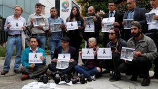 Des journalistes colombiens se sont rassemblés devant l'ambassade équatorienne, ce lundi 16 avril à Bogota, pour protester contre la mort des trois membres du quotidien équatorien assassinés fin mars.