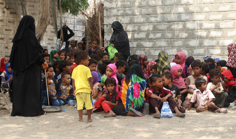 Amina Mahdi (I) imparte clases a niños en su casa, en una aldea aislada de la provincia de Hodeida (oeste de Yemen), el 1 de septiembre de 2021