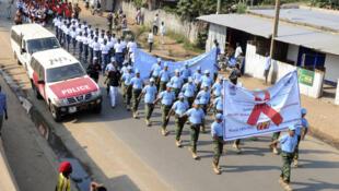 République du Soudan du Sud, 1er décembre 2011. Journée mondiale contre le sida. Des casques bleus de l'Unamiss défilent avec des militaires de l'armée du Soudan du Sud pour promouvoir la lutte contre le sida.