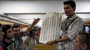Dans un bureau de vote de Panchimalco, le décompte des votes va bon train, le 11 mars 2012.