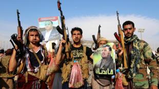 Grupo armado en una manifestación por la muerte de Saleh al-Samad, oficial Hutí, durante un ataque de la coalición liderada por Arabia Saudita en Yemen. 25 de abril de 2018.
