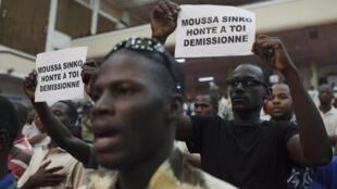 Meeting des supporters de Soumaïla Cissé, le 31 juillet 2013. Les pancartes ciblent le ministre de l'Administration territoriale, accusé d'avoir donné des résultats partiels trop tôt.