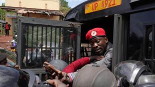 Robert Kyagulanyi anayefahamika kwa jina maarufu la Bobi Wine ni mkosoaji na mpinzani mkubwa kwa utawala wa rais Yoweri Kaguta Museveni.