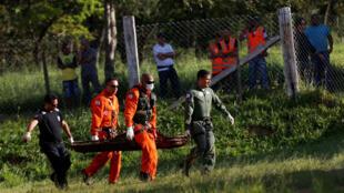 Socorristas transportan un cuerpo encontrado este 27 de enero de 2019.