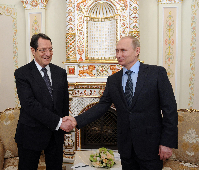 Le président russe Vladimir Poutine et son homologue chypriote Nicos Anastasiades, à Moscou, le 25 février 2015.