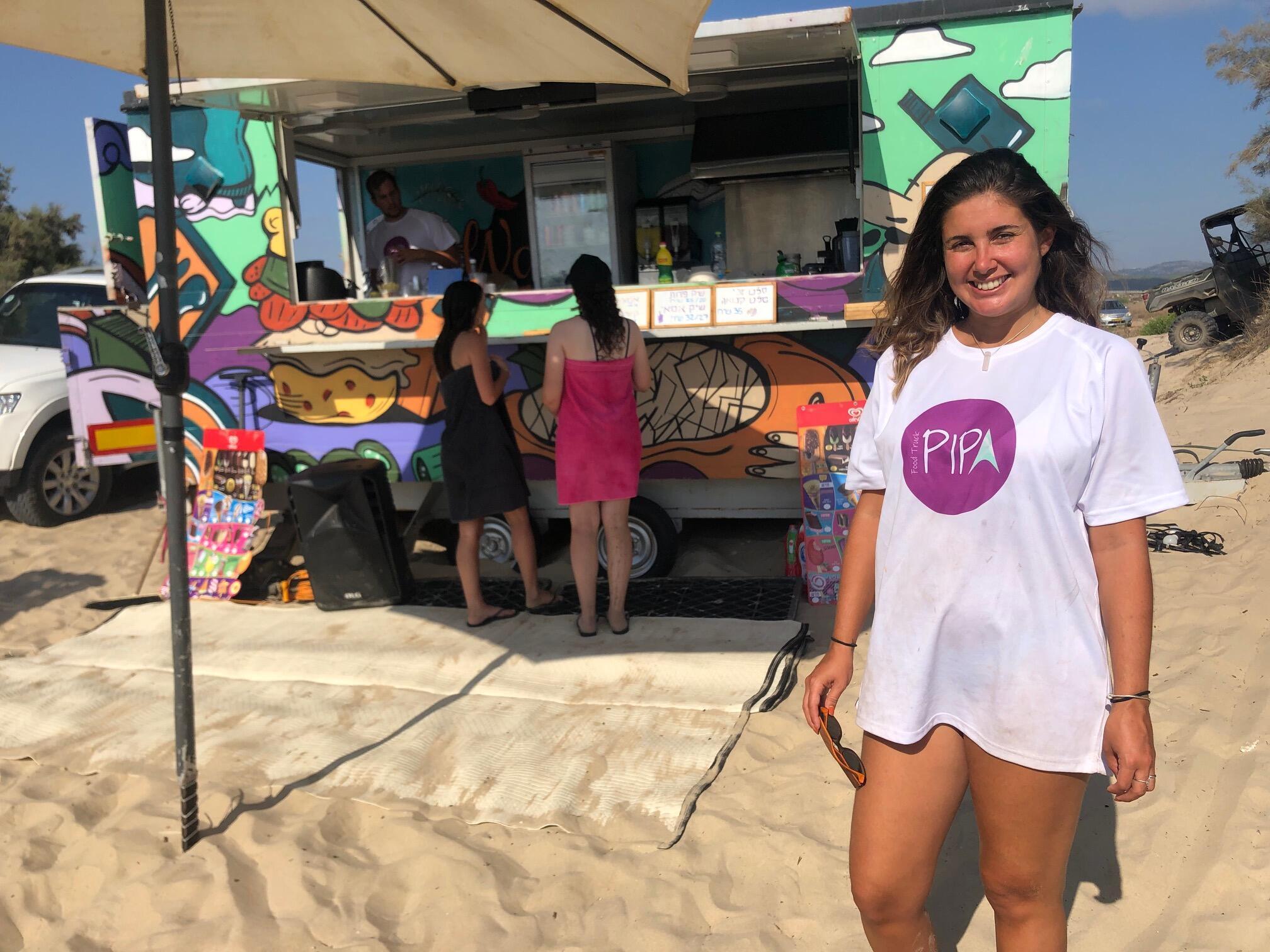 A carioca Rafaela Stambowsky Moses em frente ao Pipa Food Truck, no Norte de Israel (Foto Daniela Kresch)
