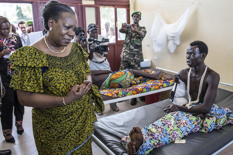 La présidente de transition Catherine Samba-Panza à l'hôpital général de Bangui, dimanche 1er juin 2014.