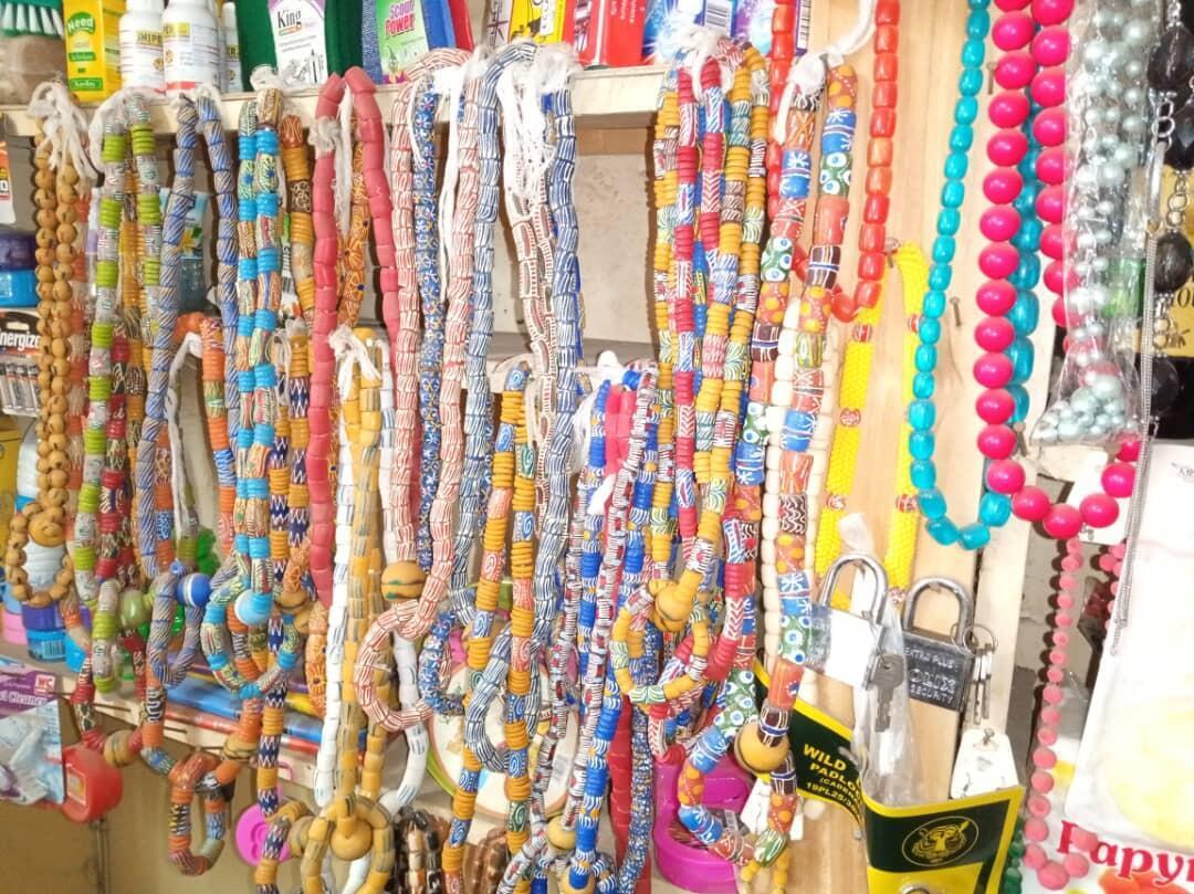 Colliers de perles.
