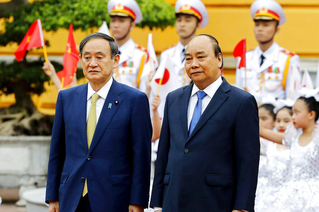 Ảnh tư liệu : Thủ tướng Việt Nam Nguyễn Xuân Phúc (P) tiếp đón đồng nhiệm Nhật Yoshihide Suga (T) tại Phủ Chủ tịch, Hà Nội, Việt Nam, ngày 19/10/2020.