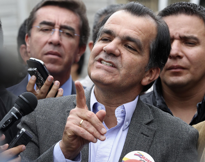 Em primeiro plano, o candidato do Centro Democrático, Óscar Iván Zuluaga.