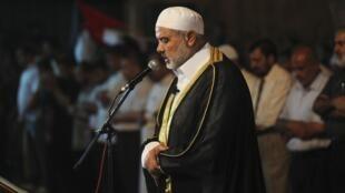Ismail Haniyeh, líder do Hamas, reza em frente à sede da embaixada egípcia em Gaza, nesta segunda-feira.