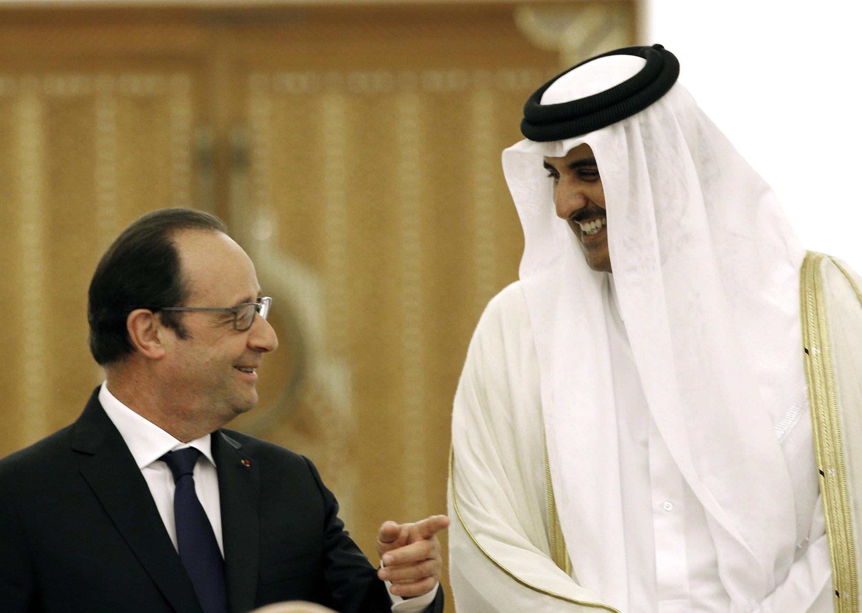 El presidente francés y el emir de Qatar, Cheikh Tamim bin Hamad al-Thani, en Doha, el 4 de mayo de 2015.
