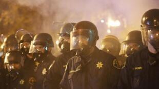 Malgré les appels au calme de la famille de Michael Brown et de Barack Obama, les manifestants s'en sont pris à la police à coup de jets de pierre.