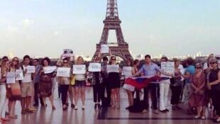 """Акция в защиту Навального в Париже 16 июля 2013 года в день приговора по делу """"Кировлеса""""."""