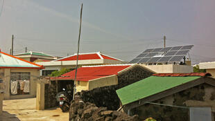 Les smartgrid ou «réseaux électriques intelligents», permettent aussi de faciliter l'intégration au réseau électrique de petites sources individuelles d'énergie renouvelable. Des maisons participant à l'expérience sur l'île Jeju ont ainsi été équipées.