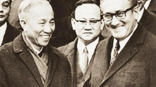 Ông Lê Đức Thọ, đại diện phái đoàn Việt Nam và ông Henry Kissinger, Cố vấn đặc biệt của Tổng thống Mỹ tại lễ ký hiệp định (DR)