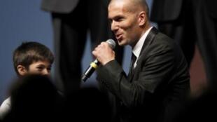 Cựu danh thủ bóng đá Pháp Zinedine Zidane trong buổi vận động giành quyền tổ chức Cúp Euro 2016 cho nước Pháp ngày 28/5/2010.