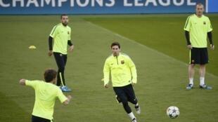Barcelona treina no estádio Parque dos Príncipes em Paris, nesta terça-feira (14).