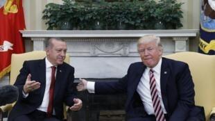 Rais wa Uturuki Tayyip Recep Erdogan (kushoto) na mwenzake wa Marekani Donald Trump, Jumanne Mei 16, 2017, katika ikulu ya White House.