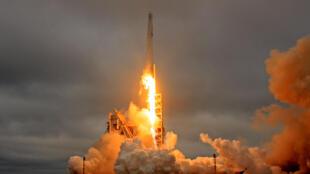 Tên lửa SpaceX Falcon 9 cất cánh từ Trung tâm Không gian Kennedy ngày 19/02/2017. Chính quyền Trump sẽ chọn Mặt Trăng là mục tiêu của ngành không gian.